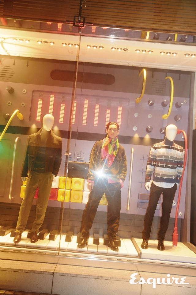 스웨터, 셔츠, 가죽 바지, 부츠, 스카프 모두 가격 미정 에르메스.