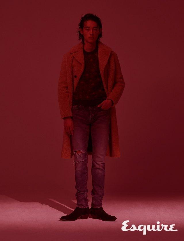 양털 코트, 스웨터, 데님 바지, 부츠 모두 가격 미정 생 로랑 by 안토니 바카렐로.