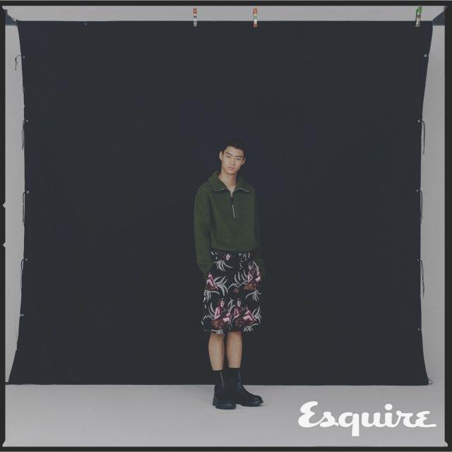 올리브색 집업 스웨터 63만원 아크네 스튜디오. 하와이안 패턴 쇼츠, 검은색 부츠 모두 가격 미정 프라다. 검은색 양말 에디터 소장품.
