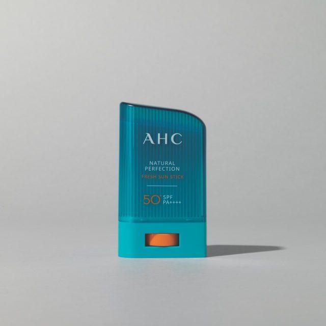 15 내추럴 퍼펙션 프레쉬 선스틱 SPF 50/PA++++ 14g/3만원 AHC.세범 컨트롤 파우더 함유로 땀이나 유분이 있는 상태에서도 산뜻한 피부를 유지해준다.