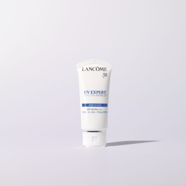 UV 엑스퍼트 유스 쉴드TM 아쿠아 젤 SPF 50+/PA++++ 30ml/5만8000원 랑콤.피부 타입에 상관없이 사용할 수 있는 순한 질감이며 안티 폴루션 기능이 있어 미세먼지 많은 날에도 쓰기 좋다.