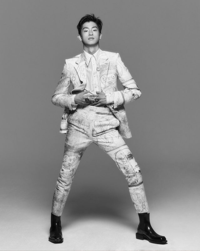 재킷, 셔츠, 바지, 부츠, 반지 모두 가격 미정 알렉산더 맥퀸.