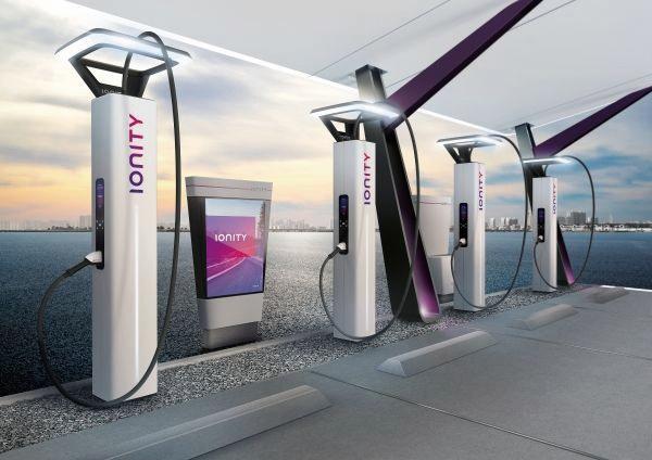 타이칸은 BMW, 다임러 , 포드, 폭스바겐 그룹이 함께 준비 중인 유럽의 고속충전 네트워크 아이오니티를 공유한다.