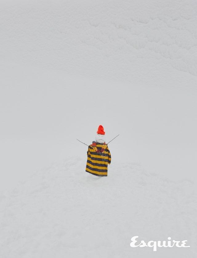 스트라이프 티셔츠 102만원 구찌. 어깨에 걸친 스트라이프 폴로 티셔츠 32만원대 에임 레온 도르 by 미스터 포터. 비니 가격 미정 에디터 소장품.