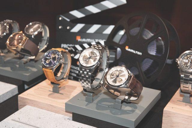 현장에는 '완벽주의자들의 영화'와 각별한 시계 브랜드 해밀턴이 함께 했다. 사진 속 시계는 해밀턴의 베스트셀러 재즈마스터 오픈 하트 라인의 제품들.