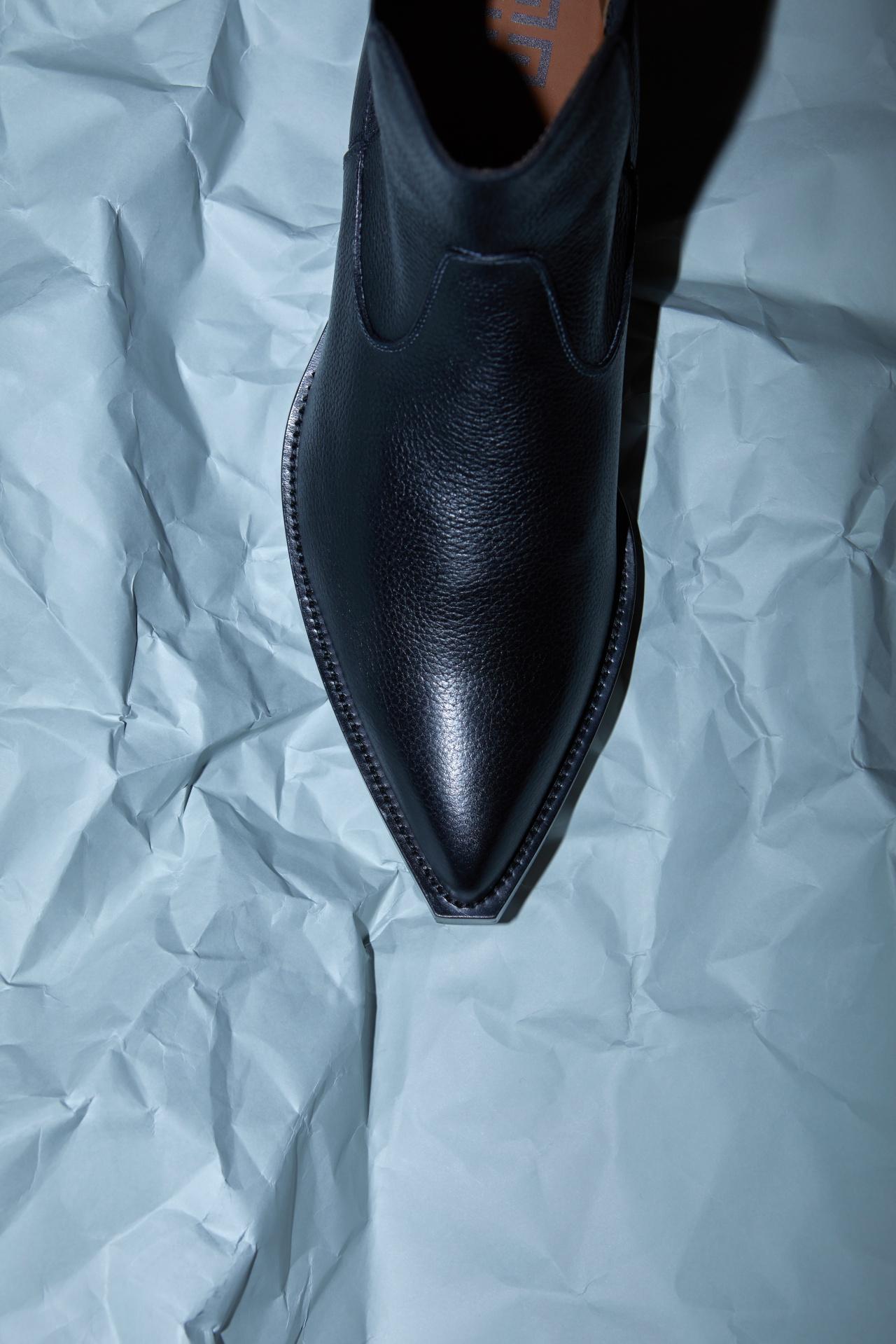 앞코가 뾰족한 검은색 웨스턴 부츠 가격 미정 지방시.