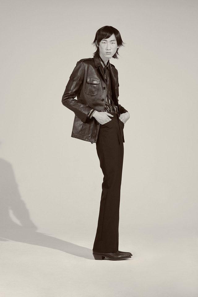 가죽 재킷, 스트라이프 셔츠, 부츠 컷 바지, 부츠, 목걸이 모두 가격 미정 생 로랑 by 안토니 바카렐로.