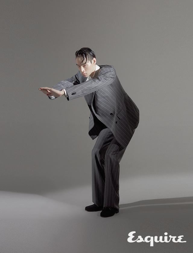 슈트 재킷, 바지 모두 가격 미정 베르사체. 셔츠 가격 미정 알렉산더 맥퀸. 로퍼 34만9000원 까르미나 by 유니페어.