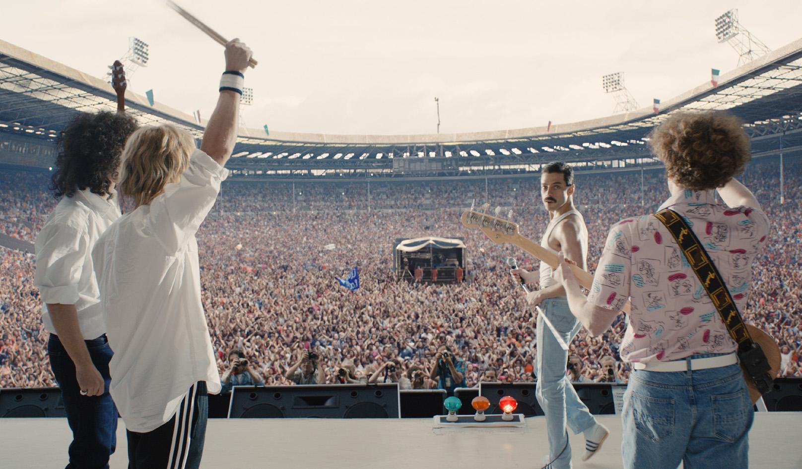 에서 재현한 '라이브 에이드'에서의 퀸 공연 장면.