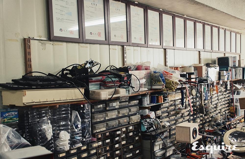 류재용 장인의 사무실 벽면 맨 위에는 15개의 특허증이 전시돼 있다.