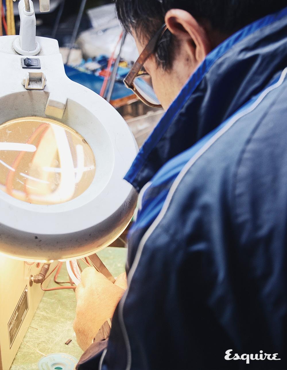 부피가 큰 산업 제품을 수리하는 동광통신사의 노공래 장인.