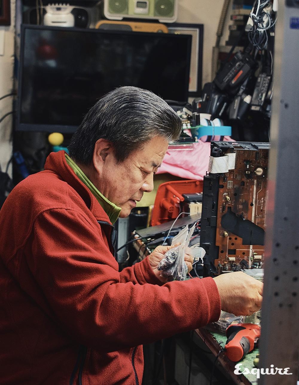 크고 작은 각종 전자 제품을 수리하는 광진전자의 김광웅 장인.
