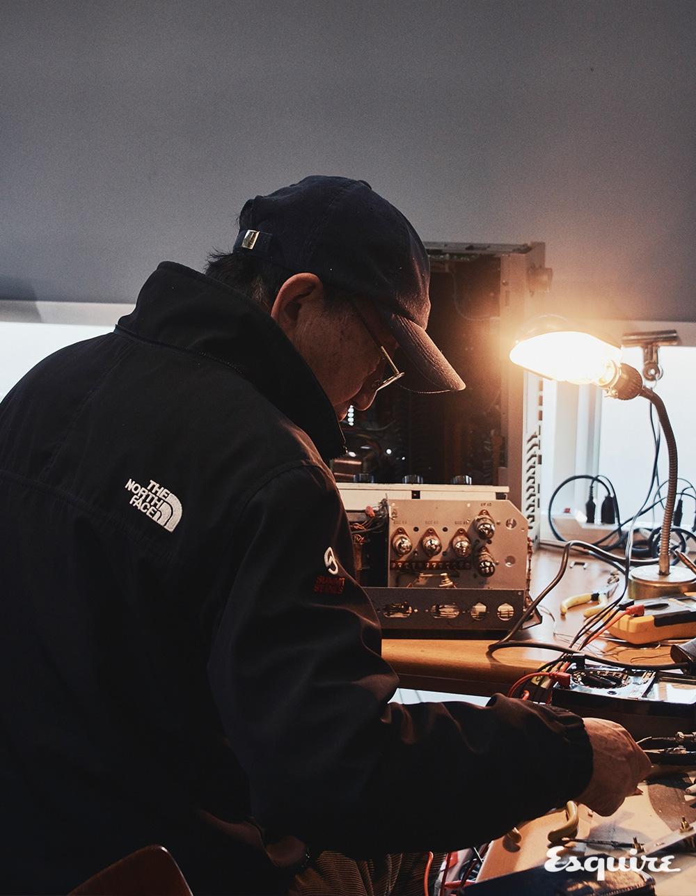 오디오를 수리하는 정음전자의 변용규 장인.