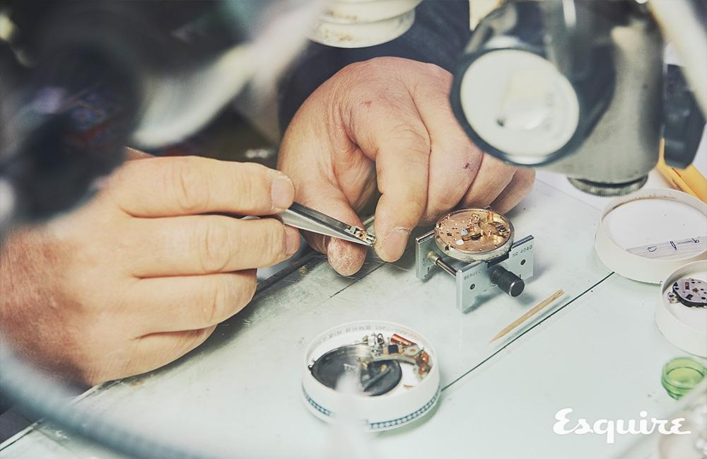 시계를 수리하는 장충락 장인의 모습. 손가락에 박인 굳은살이 그동안의 세월을 말해준다.