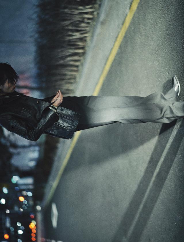가죽 재킷, 셔츠, 플레어 바지, 첼시 부츠 모두 가격 미정 생 로랑 by 안토니 바카렐로.