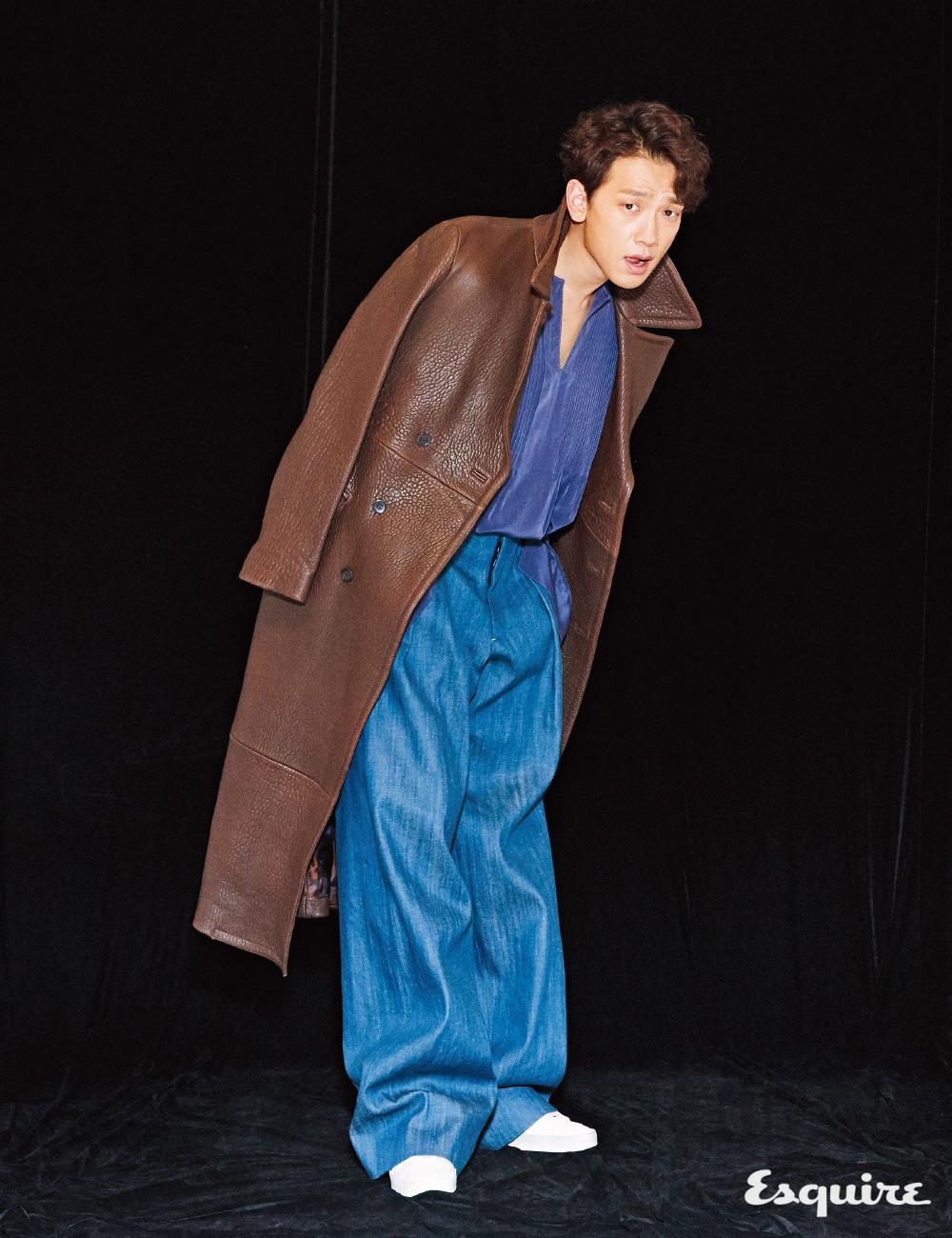 가죽 코트, 실크 셔츠 모두 김서룡. 청바지 뮌. 운동화 골든 구스 디럭스 브랜드.