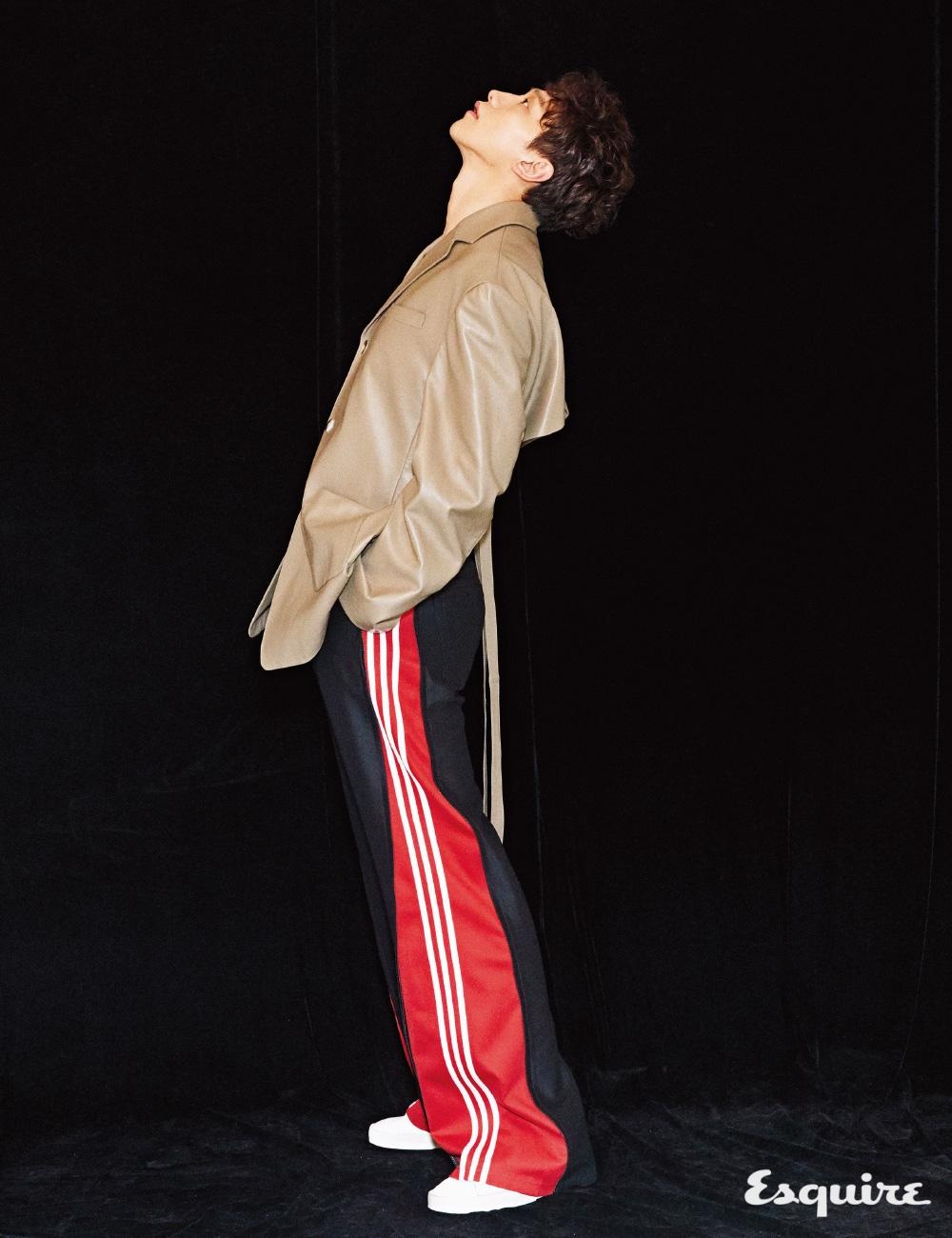 가죽 재킷, 바지 모두 오디너리 피플. 운동화 골든 구스 디럭스 브랜드.