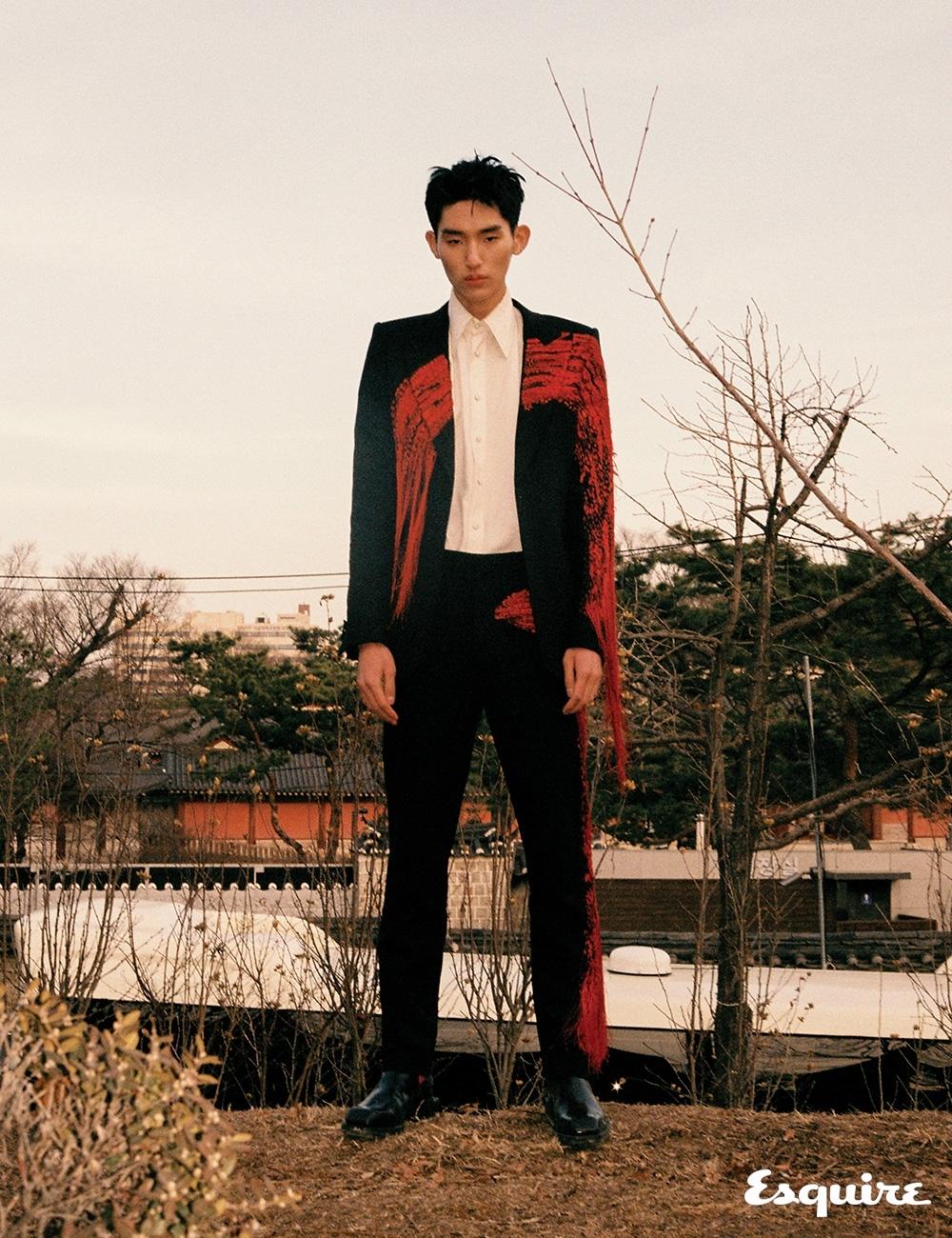 재킷, 셔츠, 바지, 부츠 모두 가격 미정 알렉산더 맥퀸.