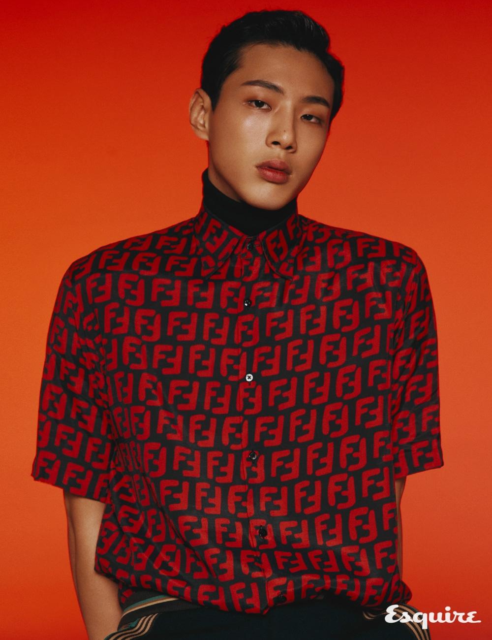 FF 로고 셔츠, 쇼츠 모두 펜디. 넥 워머 스타일리스트 소장품.