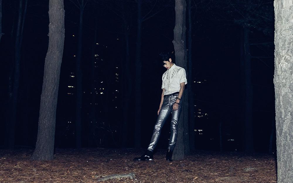 스터드 장식 셔츠, 은색 바지, 벨트, 브라스 소재 팔찌, 갈색 가죽 팔찌 모두 가격 미정 생 로랑 by 안토니 바카렐로. 검은색 부츠 가격 미정 알렉산더 맥퀸.
