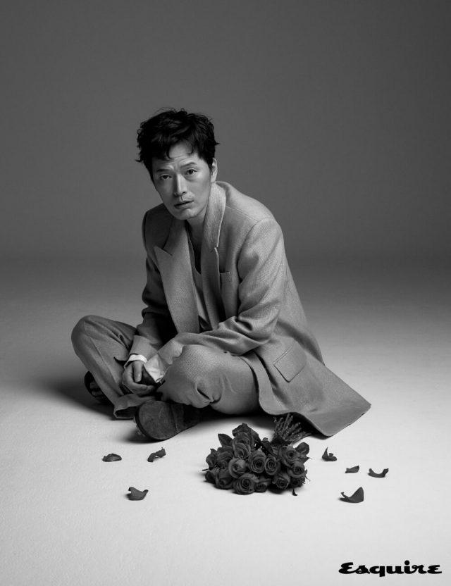 슈트, 셔츠 모두 김서룡. 플립플롭 코스.