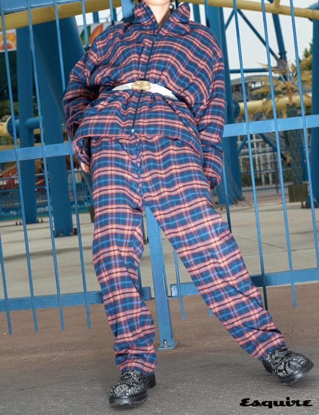 하우스의 시그너처인 코쿤 실루엣의 체크 패턴 집업 재킷, 플란넬 체크 엘라스틱 바지, 타이포 프린트 디테일 부티, 새로운 BB 로고 메탈 버클 벨트 모두 가격 미정 발렌시아가.