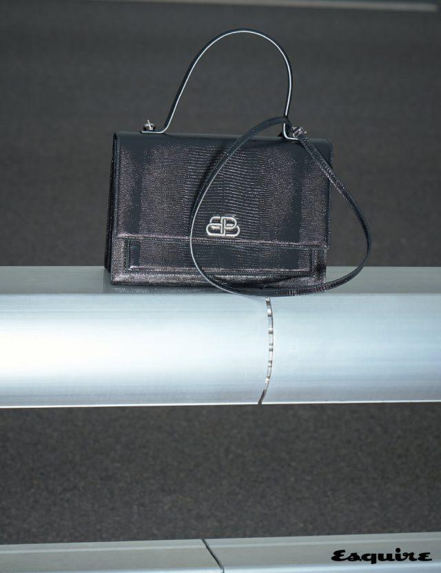 견고한 사각 형태에 아카이브 시그닛을 현대적으로 재해석한 BB 로고와 리저드 엠보싱 디테일을 더한 샤이니 레더 샤프백 가격 미정 발렌시아가.