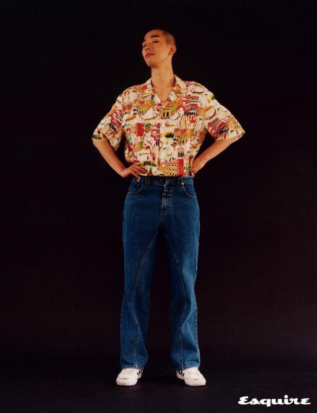 셔츠 39만5000원 바레나 베네치아 by 비이커. 청바지 18만원 더티유스클럽. 스니커즈 가격 미정 아디다스 오리지널스. 목걸이 에디터 소장품.