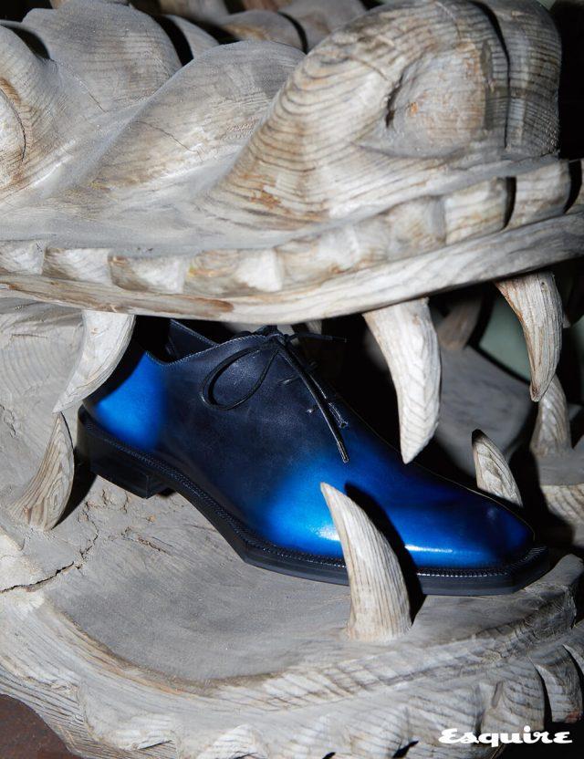 라스트의 각진 형태가 파격적인 알레산드로 에지 카프 스킨 옥스퍼드. 파티나 공법으로 드라마틱한 블루 톤을 표현했다. 275만원 벨루티.