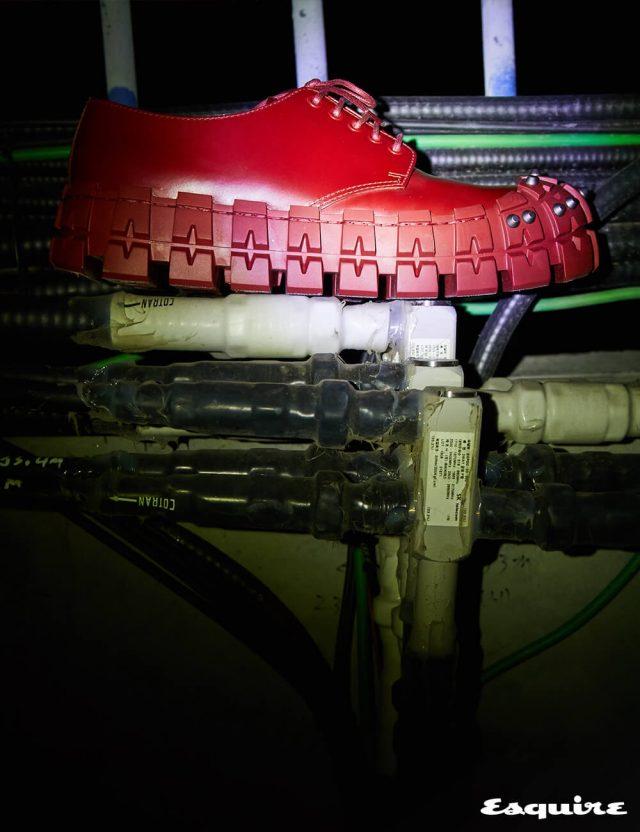 프랑켄슈타인을 연상시키는 청키하고 기괴한 신발. 투박한 나사 장식이 대담하다. 가격 미정 프라다.