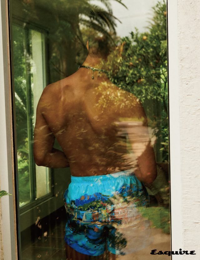 수영복 36만5000원 에르메네질도 제냐. 목걸이 가격 미정 생 로랑 by 안토니 바카렐로.