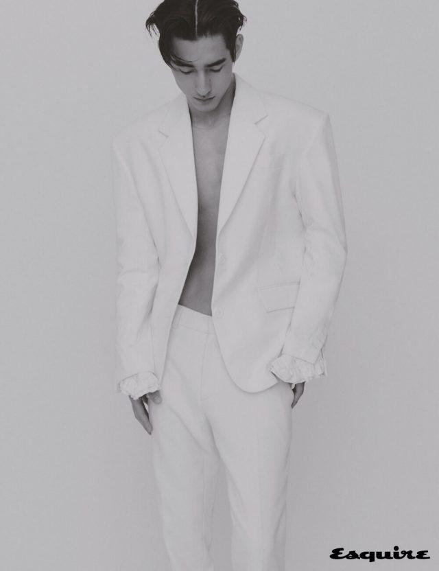 재킷 78만원, 팬츠 가격 미정 모두 푸시버튼. 목걸이 에디터 소장품.