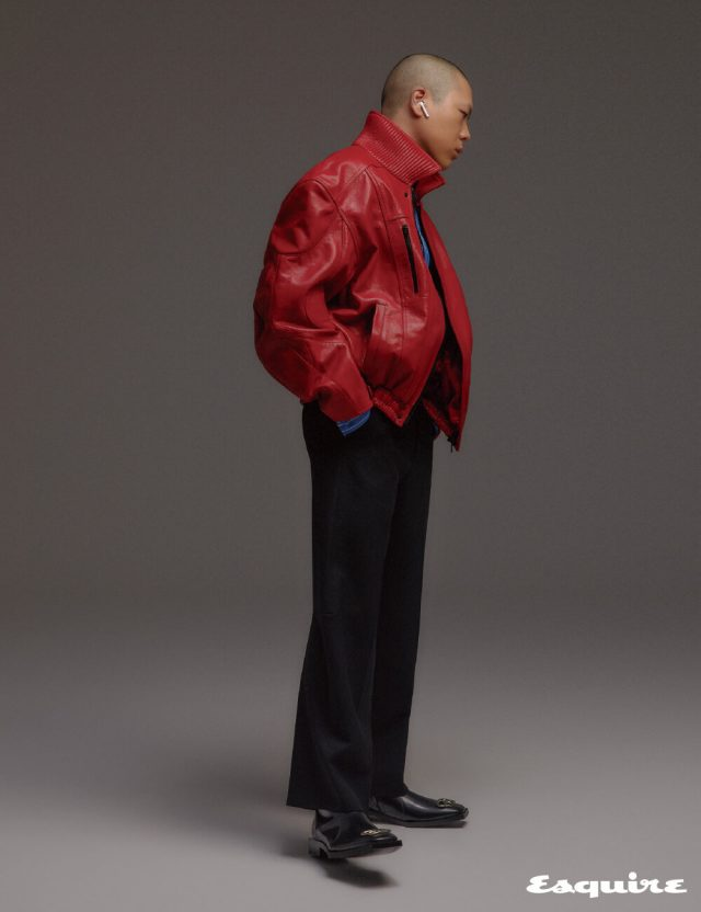 라운드 실루엣의 바이커 재킷, 스트라이프 셔츠, 크롭트 팬츠, BB 로고 장식의 부티 모두 발렌시아가.