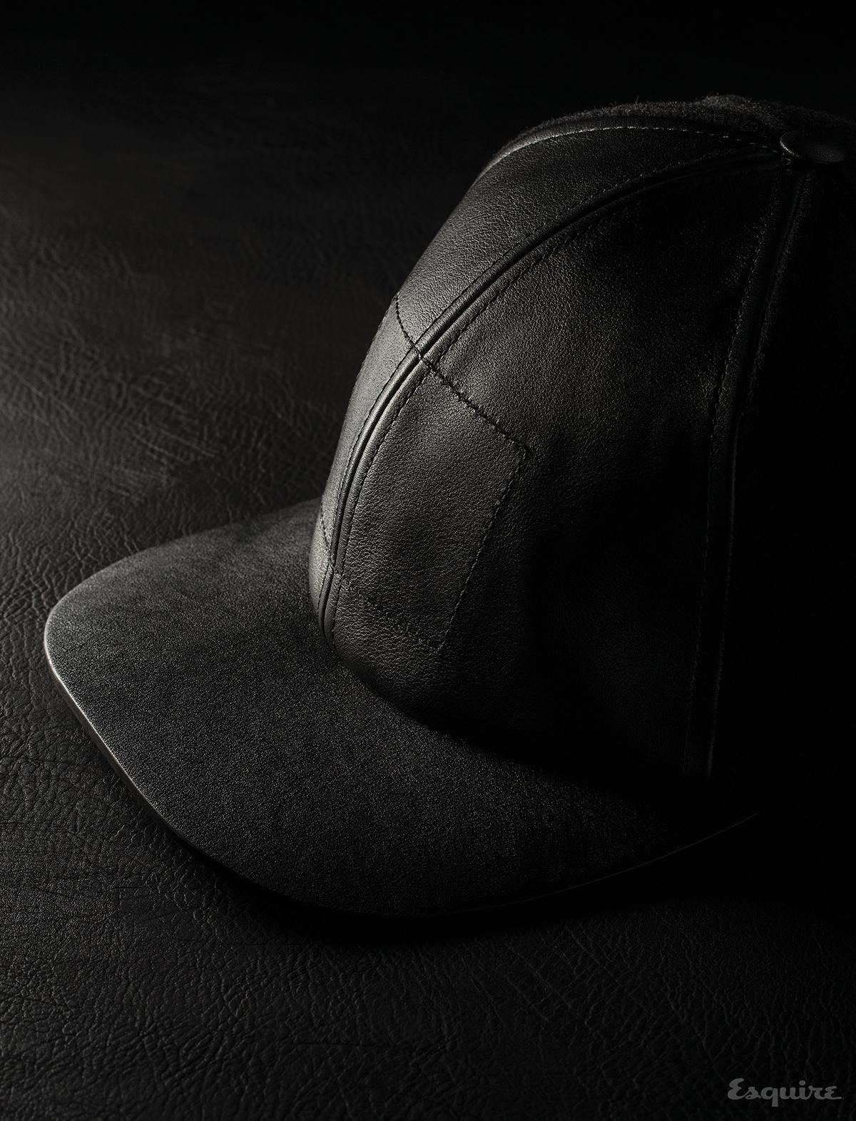 칠흑처럼 검고, 깊은 윤이 나는 열 개의 가죽.