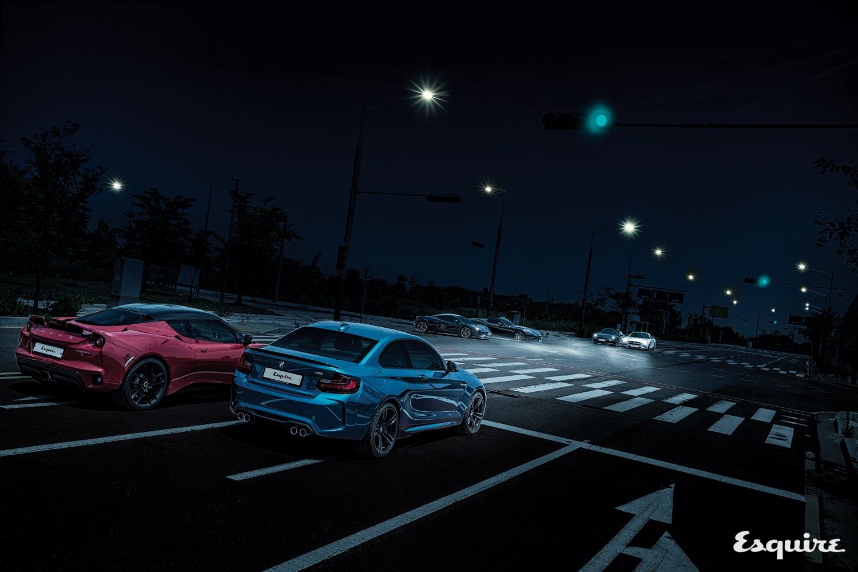 교차로 신호등이 초록색으로 바뀌면 고성능 차들의 자존심 싸움이 시작된다.