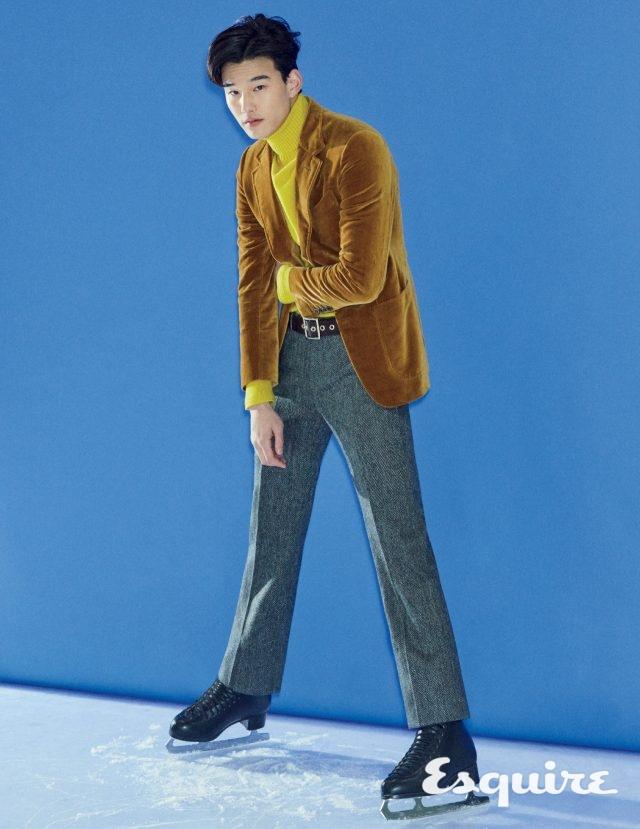재킷, 터틀넥 톱, 바지, 벨트 모두 가격 미정 톰 포드.
