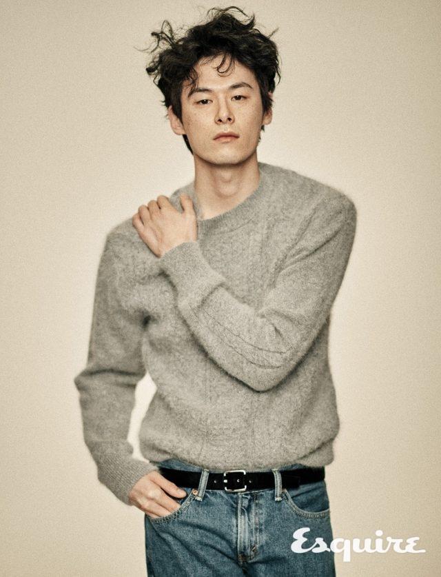 니트 스웨터 가격 미정 오디너리 피플. 청바지 12만9000원 리바이스. 벨트 가격 미정 에르메네질도 제냐.