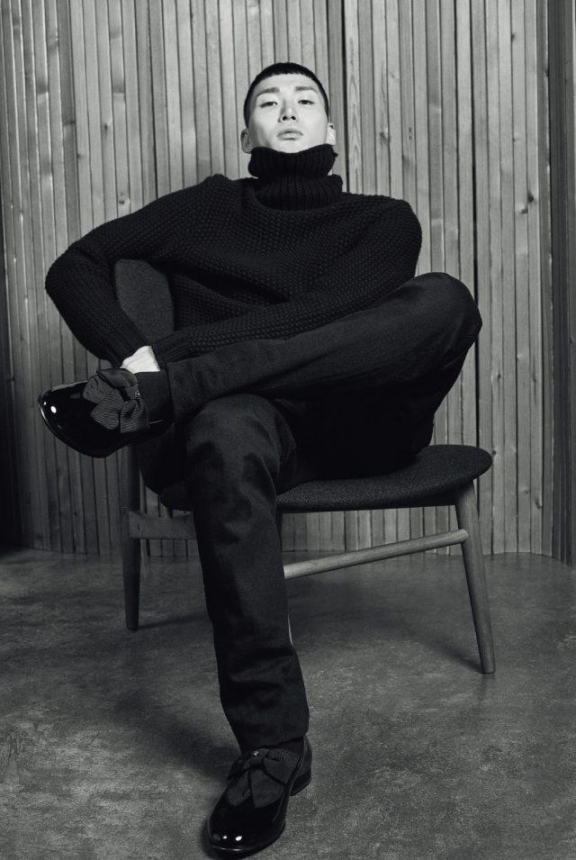 터틀넥 스웨터, 바지 모두 가격 미정 토즈. 슬립온 가격 미정 베르사체. 입 코포드 라르센이 디자인한 빈티지 쉘 체어 800만원대 모벨랩.