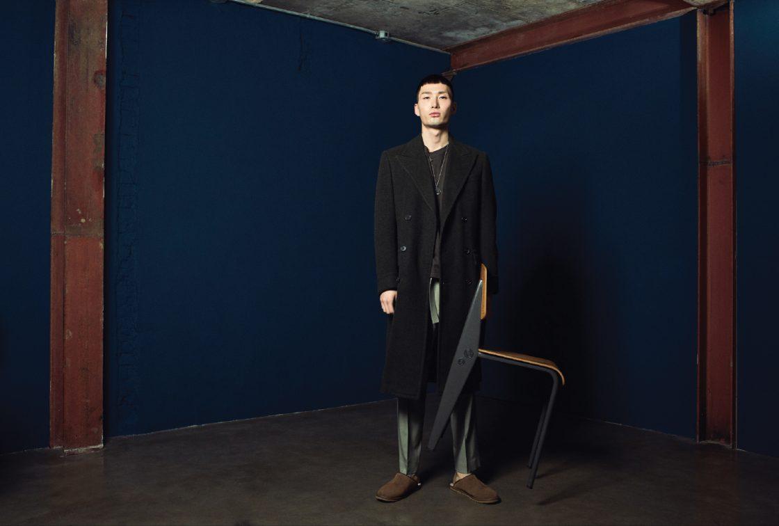 코트 가격 미정 랄프 로렌 퍼플 라벨. 티셔츠 2만9000원 H&M. 바지 가격 미정 코스. 슬리퍼 19만8000원 어그. 목걸이 에디터 소장품. 장 푸르베가 디자인한 스탠더드 체어 가격 미정 비트라.