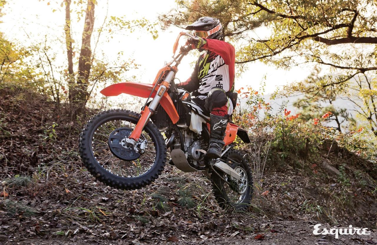 오프로드용으로 개발된 모터사이클을 타고 길이라곤 없는 오프로드 코스를 달렸다.그리곤 온몸이 땀으로 젖었다.