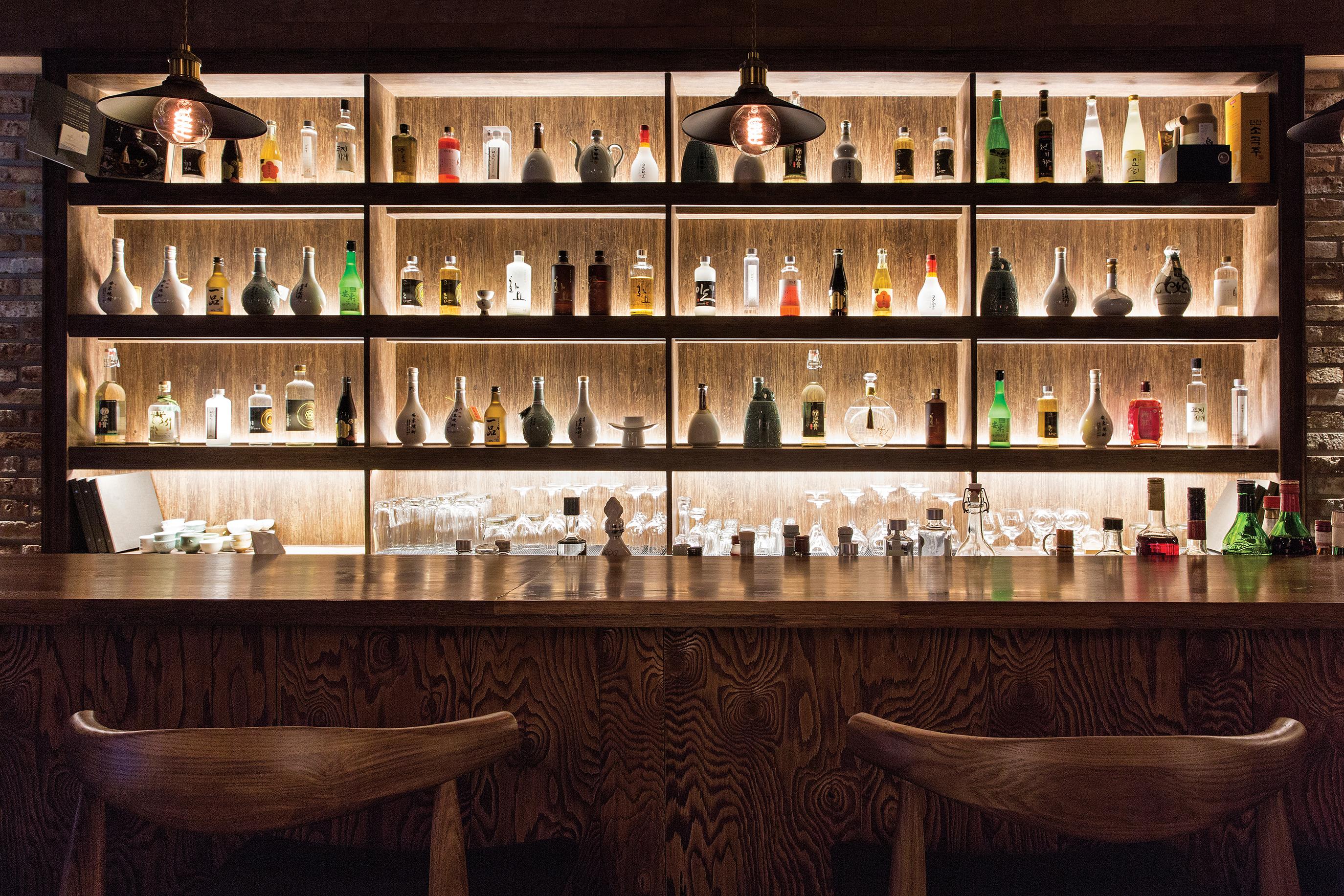전통주를 음미할 수 있는 술집 네 곳을 소개한다.
