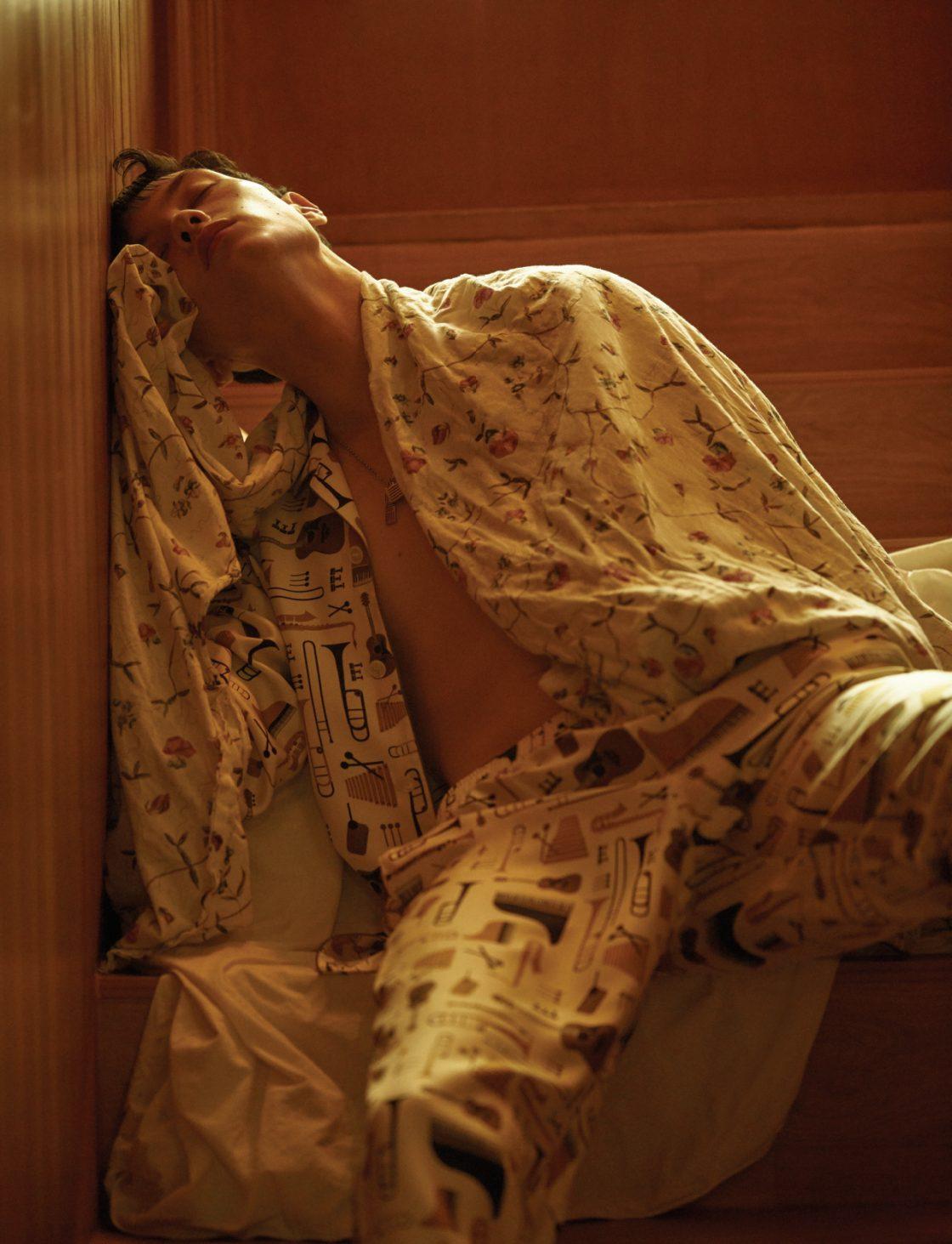실크 파자마 셔츠, 바지 모두 가격 미정 돌체&가바나. 목걸이 52만원 루이비통.