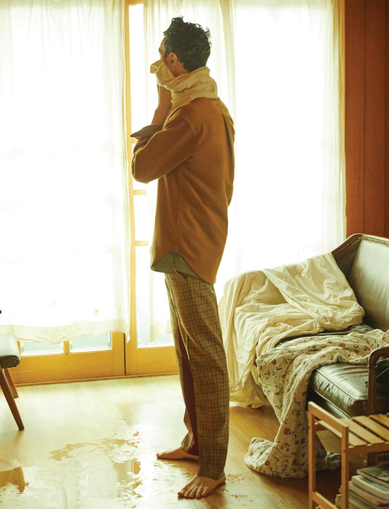 캐멀색 셔츠 39만8000원 에임레온도르 by 케비넷스. 레이어드한 민트색 민소매 톱 8만원대 코스. 바지 가격 미정 프라다.