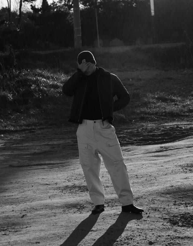 무통 재킷 가격 미정 올세인츠. 터틀넥 스웨터 34만5000원 시스템 옴므. 카고 바지 21만8000원 서리얼 벗 나이스. 첼시 부츠 100만원대 생 로랑. 진회색 비니 13만원대 스톤 아일랜드.