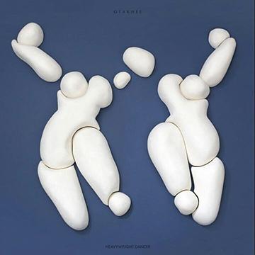 아방가르드라는 수식어에 걸맞게 실험적인 일렉트로닉 댄스 음악을 발표했다.