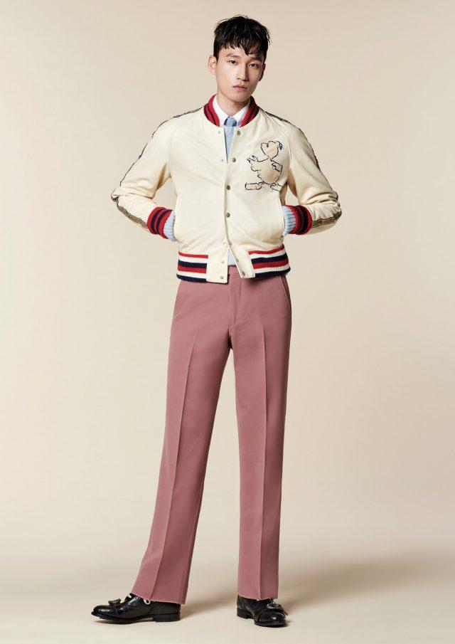 레더 블루종, 핑크 팬츠, 블랙 워커 모두 가격 미정 구찌. 흰색 셔츠, 타이 모두 가격 미정 톰 브라운. 겹쳐 입은 하늘색 니트 58만원 아미 by 10 꼬르소 꼬모.