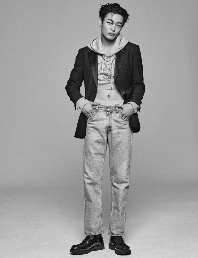 턱시도 재킷 가격 미정 베르사체. 길이가 짧은 후디 가격 미정 노앙. 박서 쇼츠 2만5000원 코스. 청바지 가격 미정 리바이스. 부츠 가격 미정 디올 옴므.