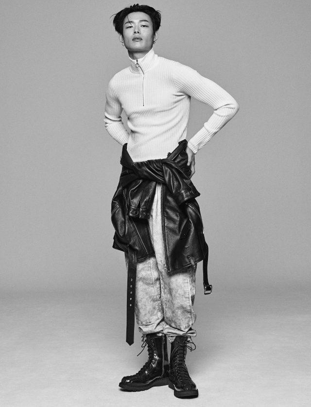 집업 니트 가격 미정 라코스테 뉴욕 컬렉션. 허리에 두른 가죽 재킷 74만8000원 노앙. 스웨트팬츠 가격 미정 스톤 아일랜드. 부츠 가격 미정 디올 옴므.