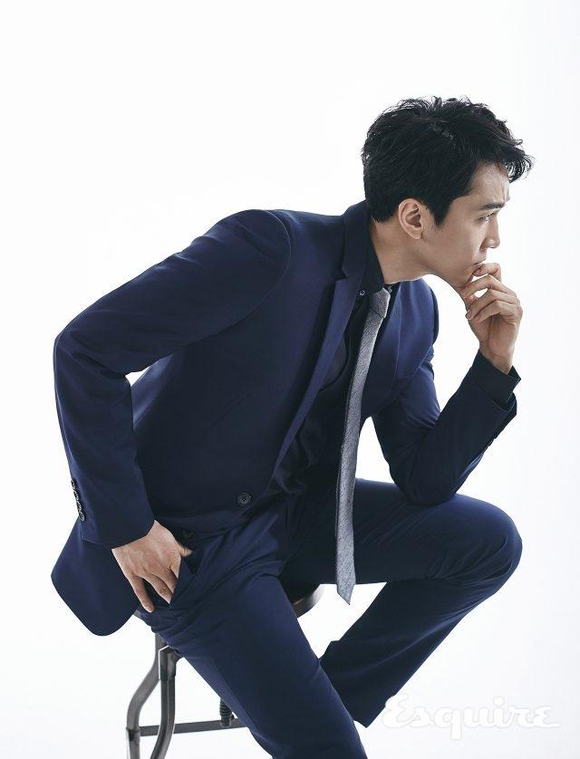 남색 슈트, 검은색 셔츠, 체크무늬 타이 모두 가격 미정 디올 옴므.