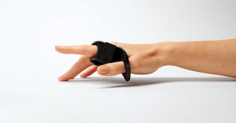 손가락에 끼고 두드리는 키보드 Tap Strap - 에스콰이어 코리아 2017년 3월호